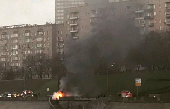 Дорогая иностранная машина влетела встолб вцентральной части Москвы: шофёр сгорел, пассажир убежал