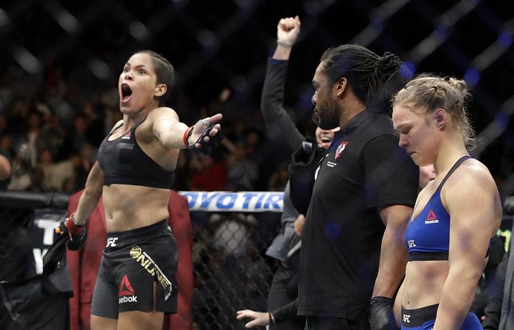 Аманда Нуньес (слева) празднует победу над Рондой Роузи на турнире UFC 207 в Лас-Вегасе