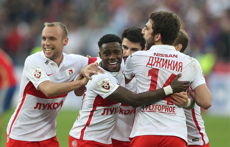 Фанаты «Спартака» массово выбежали наполе после последнего домашнего матча