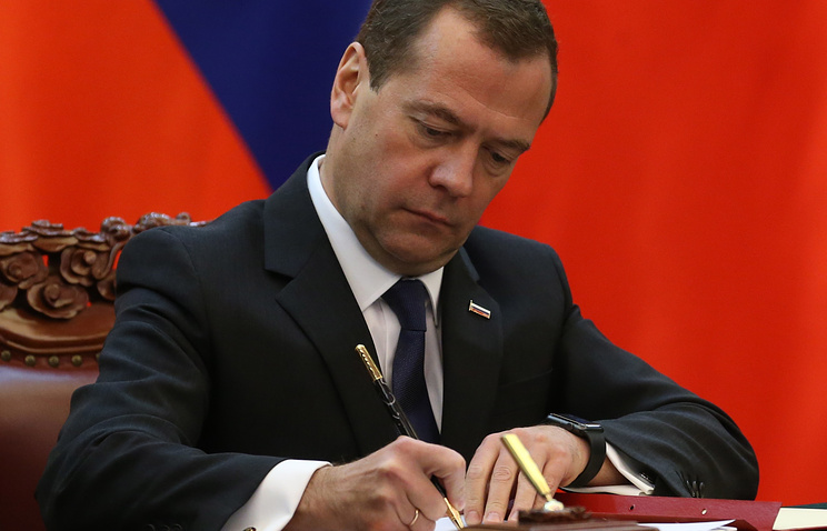 Медведев разрешил иностранцам защищать в России диссертации на  При этом диссертация и автореферат должны быть предоставлены на русском и иностранном языках