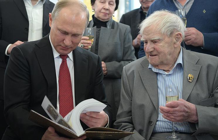 Путин сказал писателю Гранину, что сним происходит вПетербурге