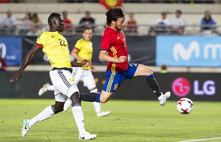 Полузащитник сборной Испании Давид Сильва (справа) открывает счет в товарищеском матче с командой Колумбии