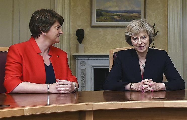 Лидер Демократической юнионистской партии Арлин Фостер и премьер-министр Великобритании Тереза Мэй