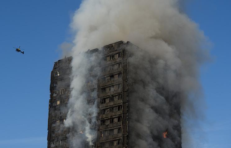 Терезу Мэй «освистали» запобег отпротестующих— Пожар встолице Англии