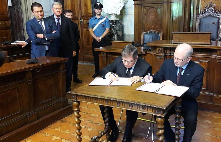 Председатели Верховного суда РФ Вячеслав Лебедев и Государственного совета Италии Алессандро Пайно во время подписания соглашения о сотрудничестве