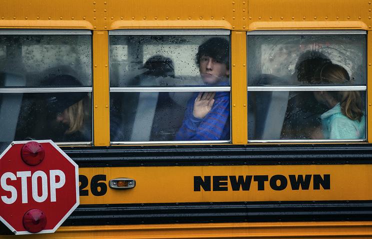 Дети в школьном автобусе, Ньютаун, штат Коннектикут, США