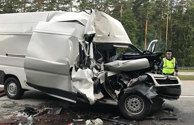 Печальное ДТП под Сысертью: микроавтобус врезался вгруженый арбузами КамАЗ