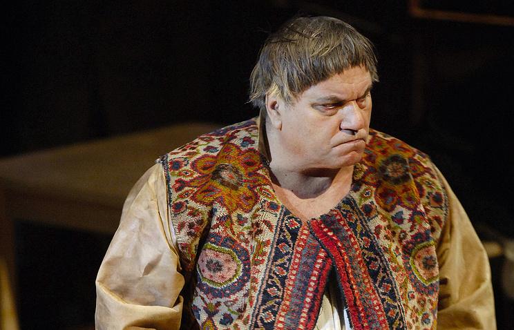 Виктор Смирнов в роли Ивана Никифоровича Довгочхуна на сцене Александринского театра, 2007 год