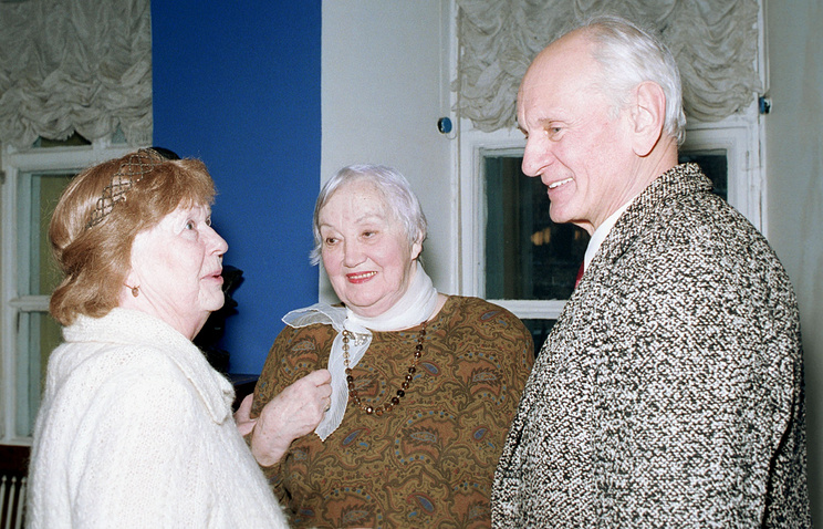 Кира Головко (в центре)
