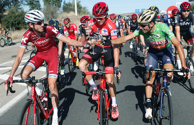 """Ильнур Закарин, Крис Фрум и Винченцо Нибали (слева направо) отмечают окончание """"Вуэльты"""""""