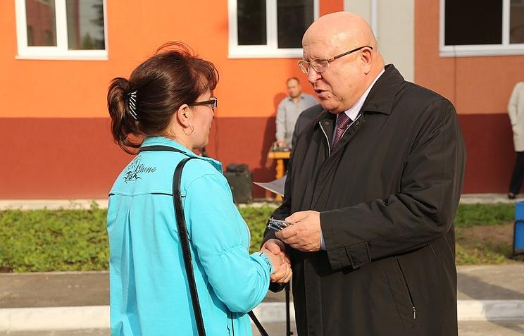 Губернатор Нижегородской области Валерий Шанцев на вручении ключей от квартир в новом трехэтажном доме
