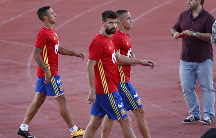 Тренировка испанских футболистов завершилась спустя 23 мин. из-за свиста в ...