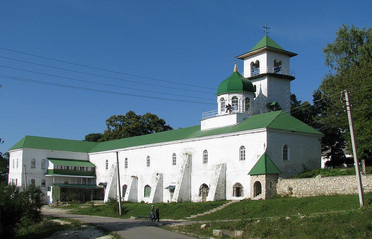 Вид на Троицкий храм Свято-Михайло-Афонского монастыря со стороны поселка Победа Майкопского района Адыгеи