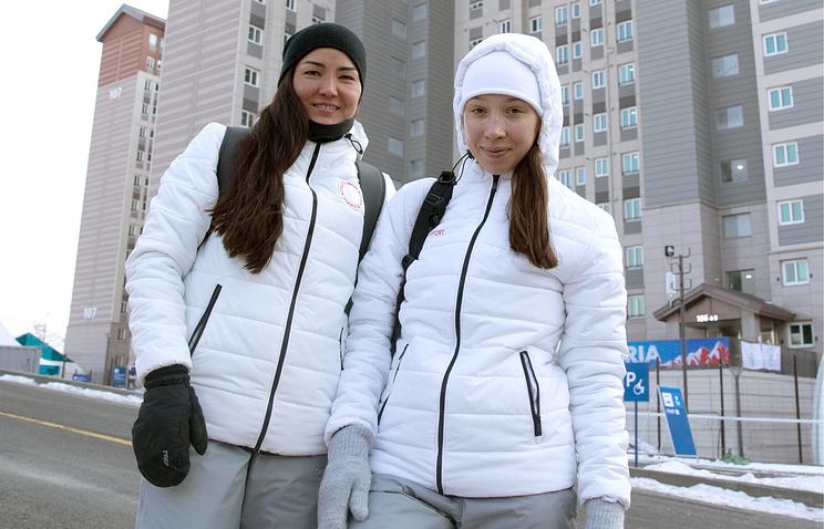 Российские биатлонистки Татьяна Акимова и Ульяна Кайшева (слева направо) в Олимпийской деревне в Пхёнчхане