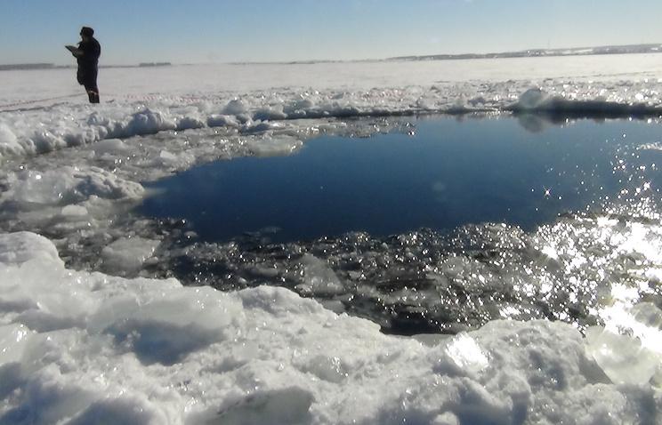 На месте падения осколков метеорита на озере Чебаркуль. Февраль 2013 года