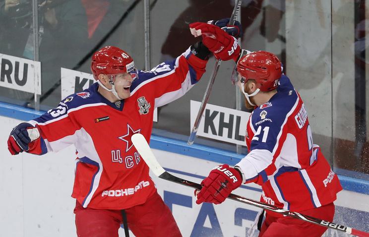 Игроки ЦСКА Валерий Ничушкин (слева) и Михаил Григоренко