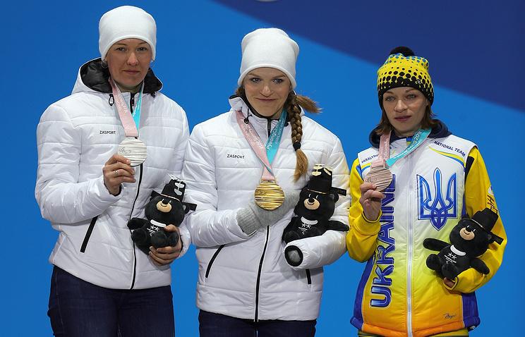 Россиянки Анна Миленина, Екатерина Румянцева, и украинская паралимпийская спортсменка Людмила Ляшенко (слева направо) во время церемонии награждения на Паралимпийских играх - 2018