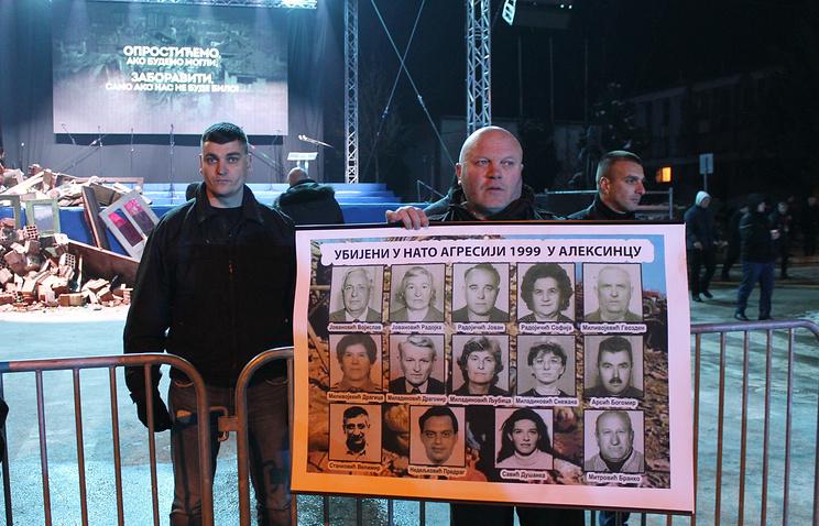 Активист с портретами погибших 5 апреля 1999 года в Алексинаце