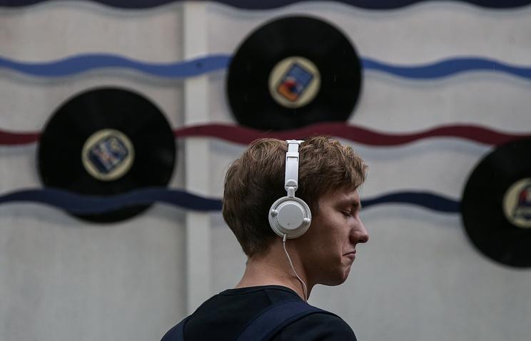 Продажа музыки вweb-сети интернет принесла больше прибыли, чем продажа аудио наносителях