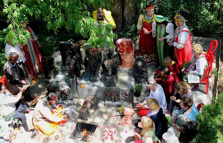 Пуджа – праздничная церемония у идолов местных богов, собранных Рерихами
