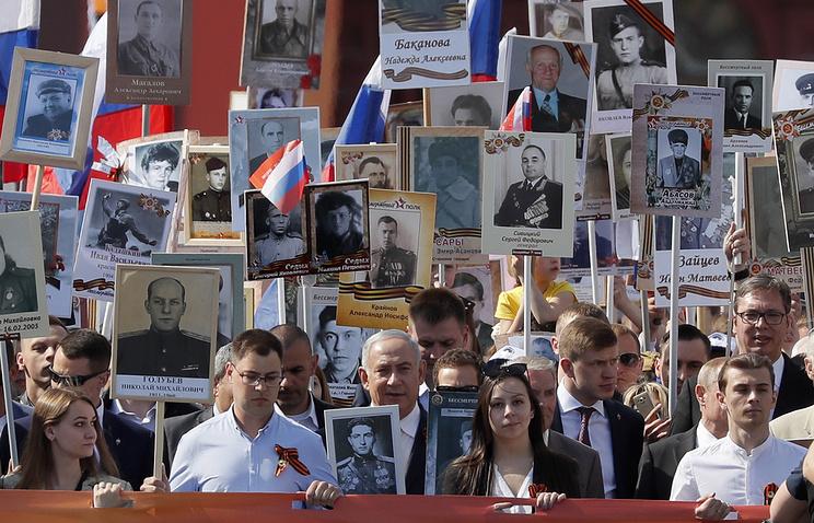 """Премьер-министр Израиля Биньямин Нетаньяху (в центре) во время шествия """"Бессмертного полка"""" в Москве"""