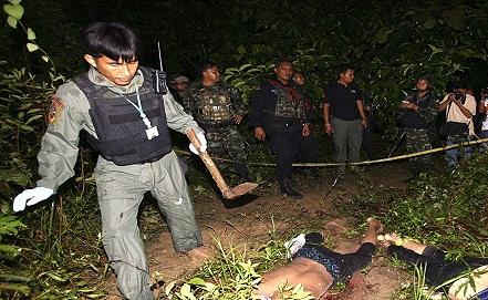 Тайские солдаты осматривают тела  сепаратистов. Фото EPA/ИТАР-ТАСС