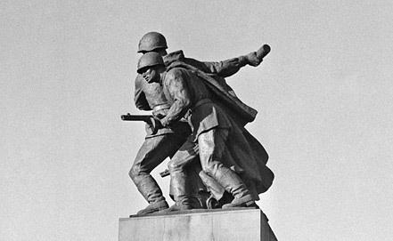 Памятник советским и польским войнам, павшим в боях за освобождение Варшавы. Фото из архива ИТАР-ТАСС