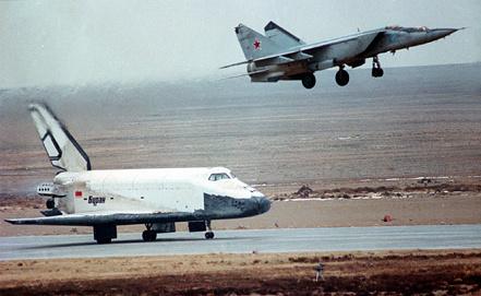 """Буран"" в момент приземления. Фото из архива ИТАР-ТАСС"