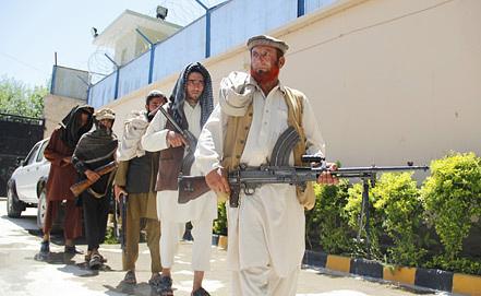 Бывшие боевики на церемонии сдачи оружия. Фото ЕРА/ИТАР-ТАСС