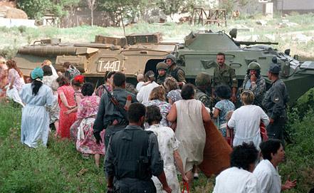 Выпущенные из больницы заложники. Фото ИТАР-ТАСС
