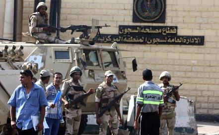 Усиление мер безопасности возле тюрьмы, где находится экс-президент Египта Хосни Мубарак. Фото EPA/ИТАР-ТАСС