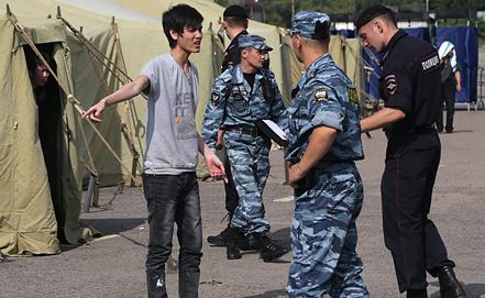 Временный палаточный лагерь для нелегальных мигрантов в Москве. Фото EPA/ИТАР-ТАСС