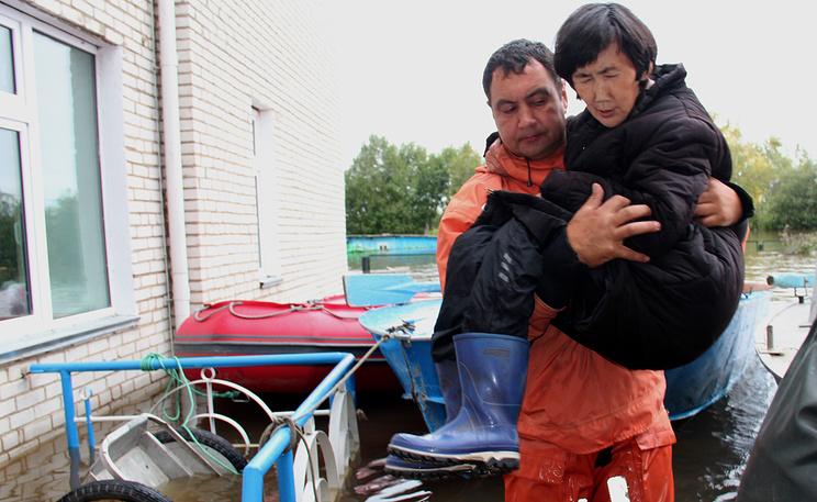 Эвакуация местных жителей поселка Бельго из-за паводка в Комсомольском районе. Фото ИТАР-ТАСС/ МЧС по Хабаровскому краю