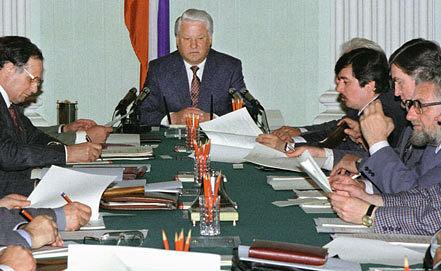 Борис Ельцин во время разработки проекта Конституции РФ. Фото Александра Сенцова и Александра Чумичева /ИТАР-ТАСС/