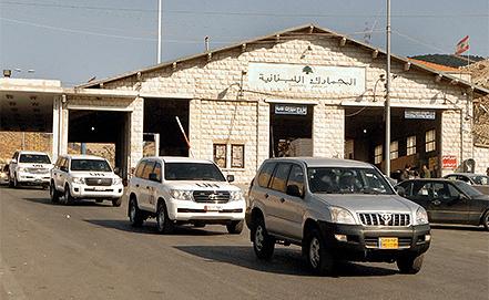 Инспекторы ООН пересекают границу Сирии. Фото EPA/LUCIE PARSAGHIAN