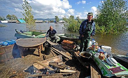 В поселке Менделеево во время наводнения. Фото ИТАР-ТАСС/Сергей Бобылев