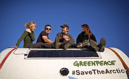 Камила Эспесиале (первая справа). Фото из архива AP Photo/Denis Sinyakov, Greenpeace