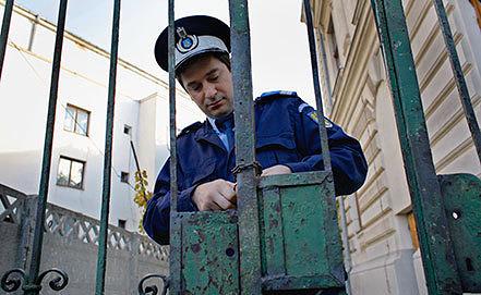 Румынский полицейский возле здания суда в Бухаресте. Фото EPA/ROBERT GHEMENT