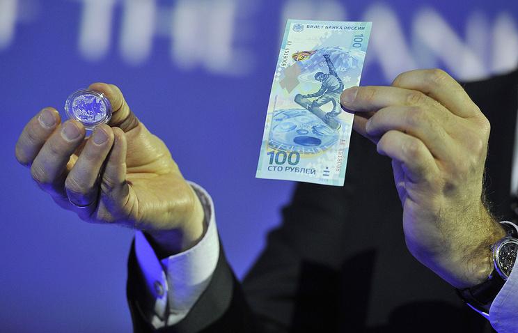 """Во время презентации 100-рублевой банкноты и памятной монеты """"Факел"""" номиналом 25 рублей"""