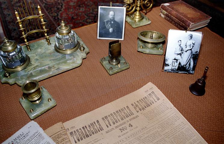 Письменные принадлежности императора Николая II в Музее последнего русского царя в Тобольске. 1996 год