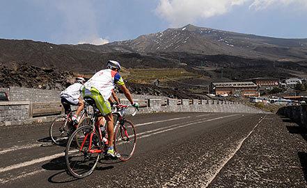 Вулкан Этна на острове Сицилия. Фото EPA/ORIETTA SCARDINO