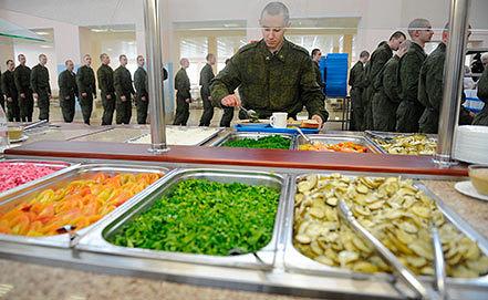 Солдаты во время обеда в рамках новой системы организации питания. Фото ИТАР-ТАСС/ Руслан Шамуков