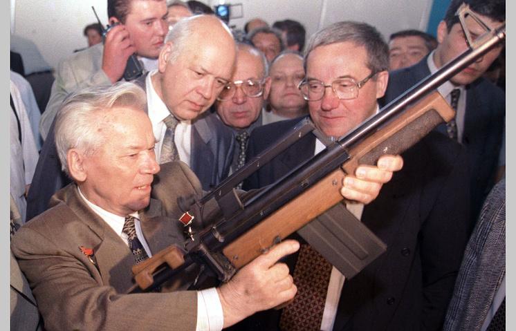 9 июня 1998 г. Михаил Калашников на Московской международной оружейной выставке в Манеже