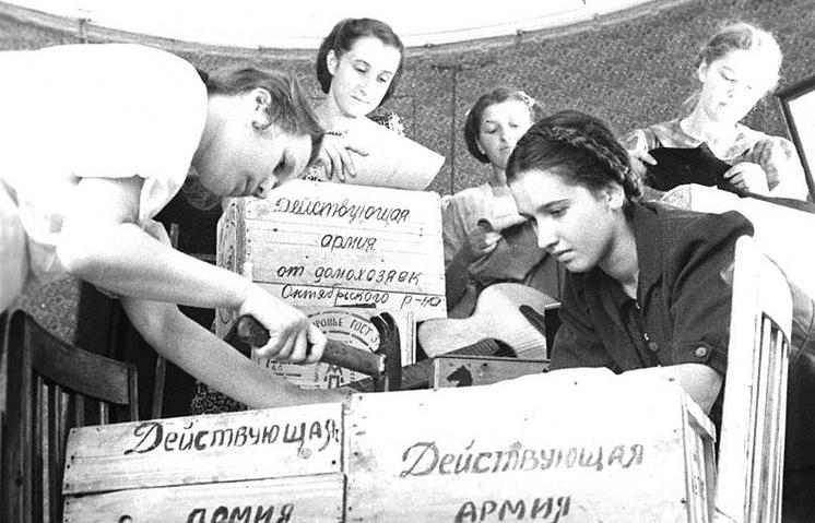 Ленинградские школьники готовят подарки для бойцов Красной Армии. 1942 г.