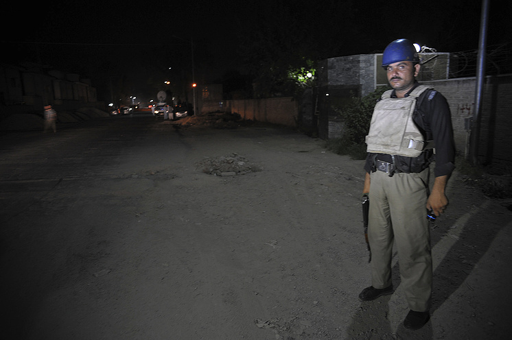 Пакистанский полицейский в аэропорту Пешавара