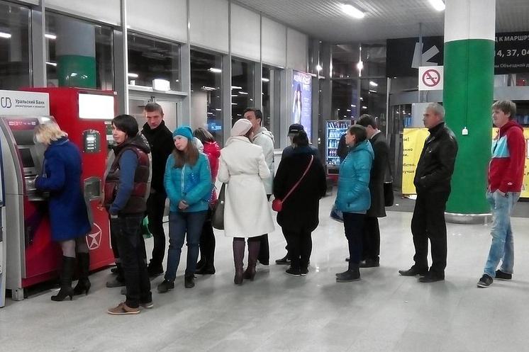 Очередь к банкомату УБРиР в одном из торговых центров Екатеринбурга