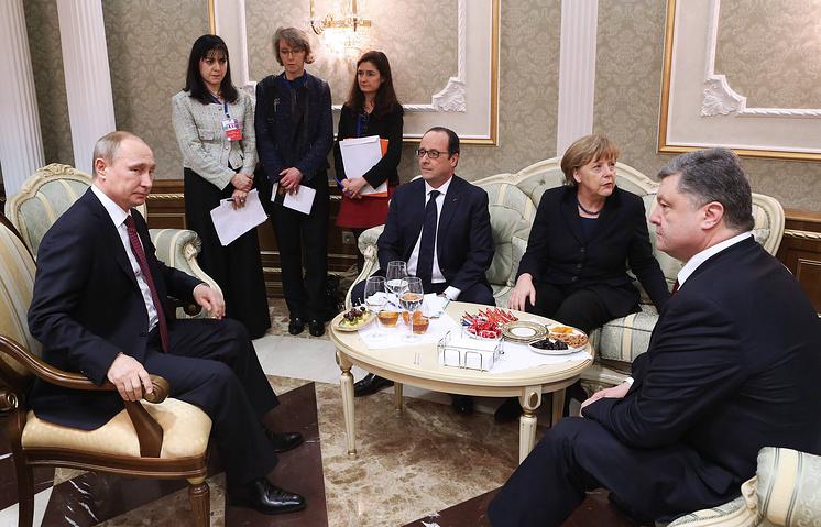 Президент РФ Владимир Путин, президент Франции Франсуа Олланд, канцлер Германии Ангела Меркель и президент Украины Петр Порошенко