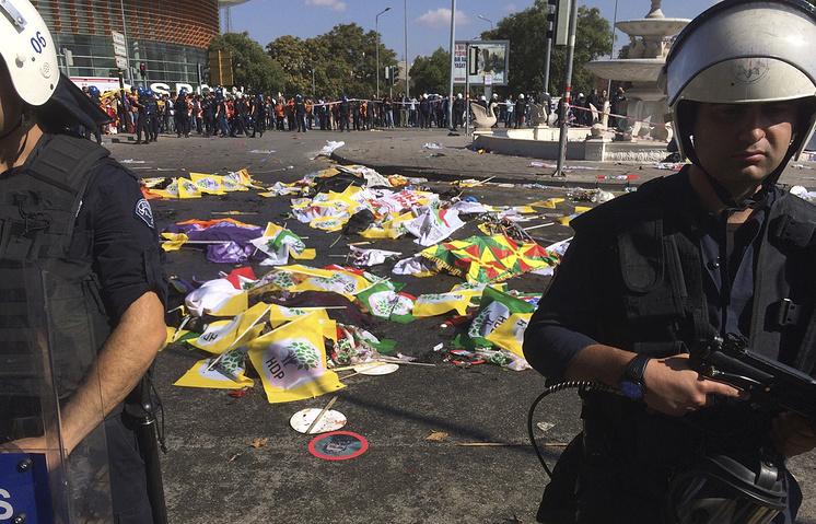 Место взрыва около вокзала в Анкаре