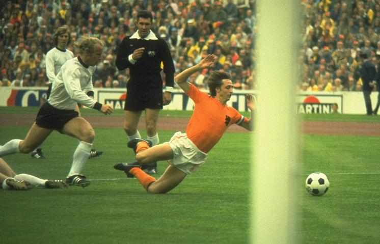 Йохан Кройф (справа) во время финала чемпионата мира 1974 года против игроков сборной ФРГ