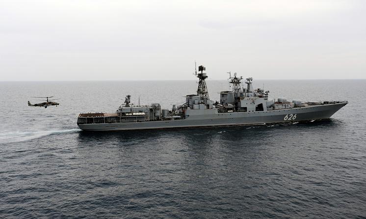 """Боевой вертолет Ка-52 """"Аллигатор"""" во время посадки на палубу противолодочного корабля """"Вице-адмирал Кулаков"""""""